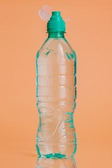 Garrafas de água plásticas em um fundo bege pastel