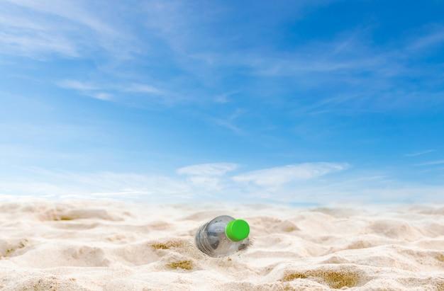 Garrafas de águas residuais de praia na preservação de lixo de areia