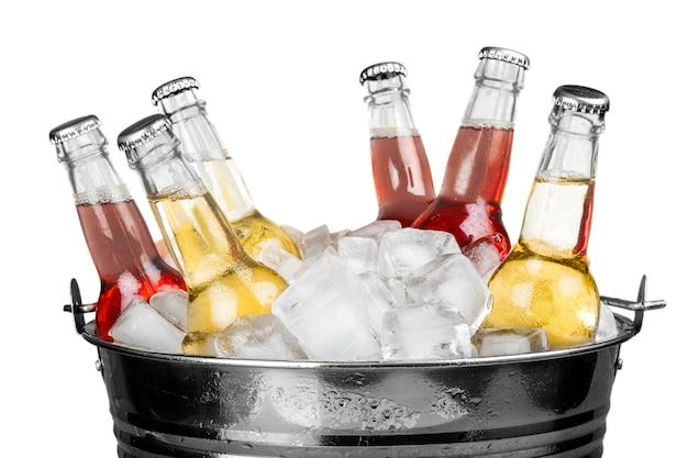Garrafas de bebida com gelo em um balde