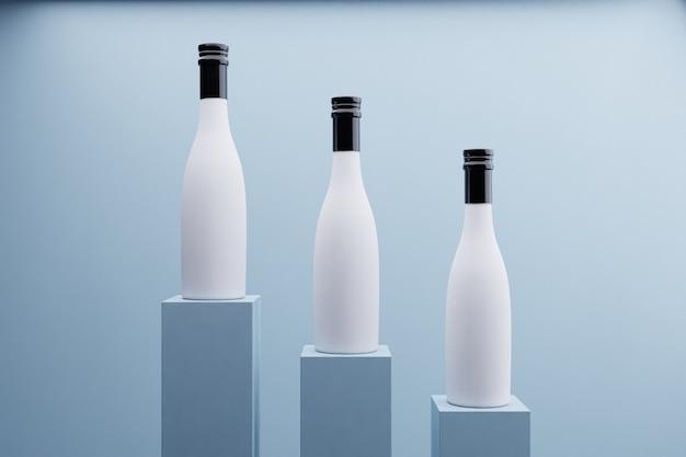 Garrafas de bebida em fundo azul