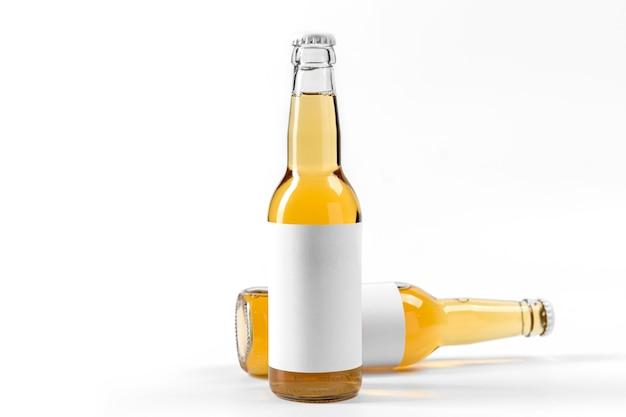 Garrafas de bebidas alcoólicas de vista frontal com adesivos em branco