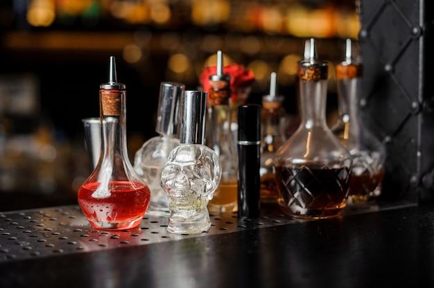 Garrafas de bebidas espirituosas no balcão do bar