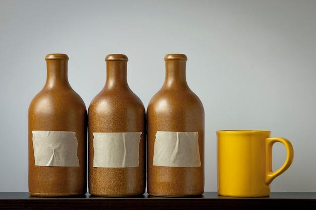 Garrafas de cerâmica e um copo