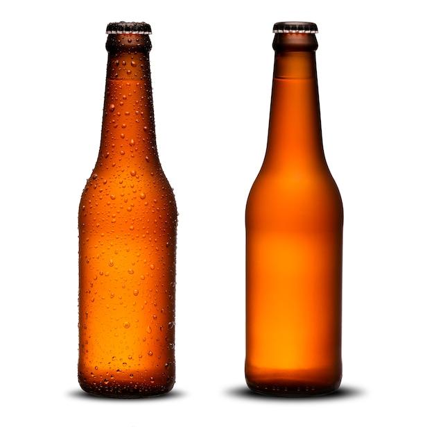 Garrafas de cerveja 300ml com gotas e seca sobre fundo branco. pilsen.
