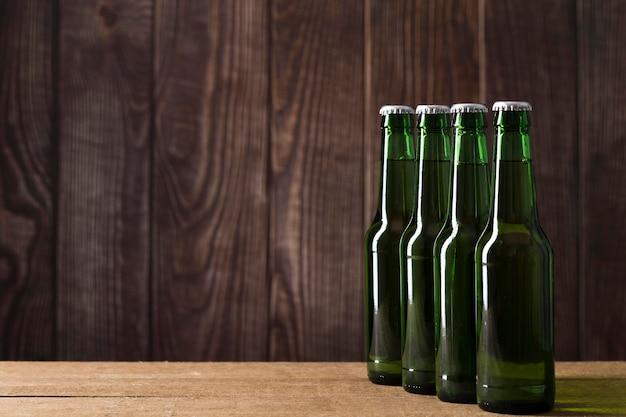 Garrafas de cerveja com espaço de cópia alinhadas