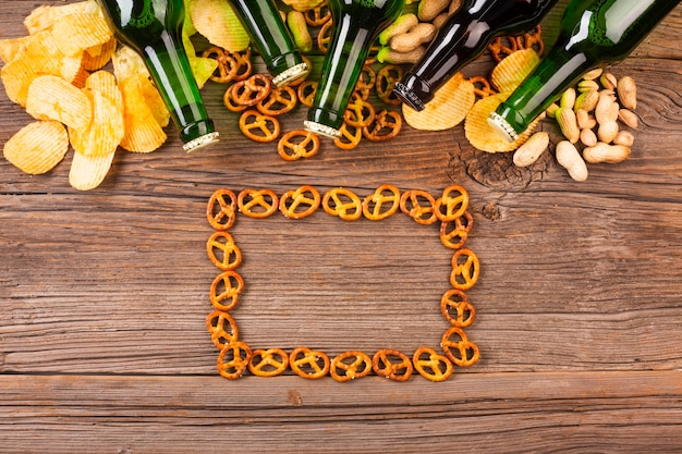 Garrafas de cerveja com moldura de pretzels