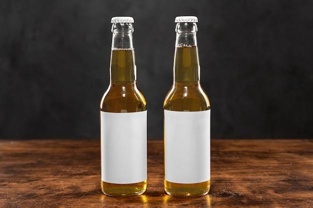 Garrafas de cerveja com rótulos em branco