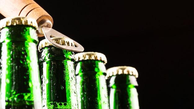 Garrafas de cerveja e um abridor