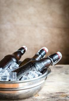 Garrafas de cerveja em cubos de gelo