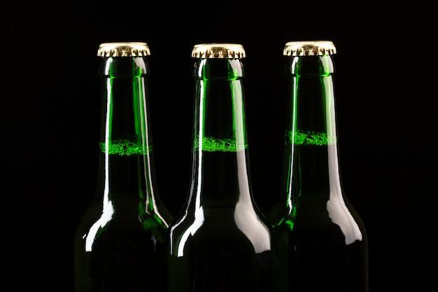 Garrafas de cerveja em pé em uma linha