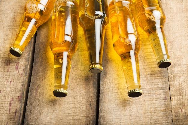 Garrafas de cerveja em uma mesa de madeira.