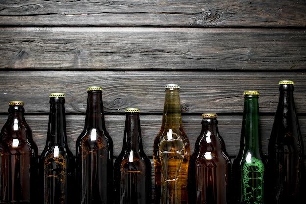 Garrafas de cerveja fechadas. na mesa de madeira preta