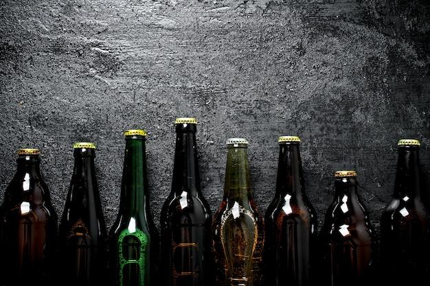 Garrafas de cerveja fechadas. sobre fundo preto rústico