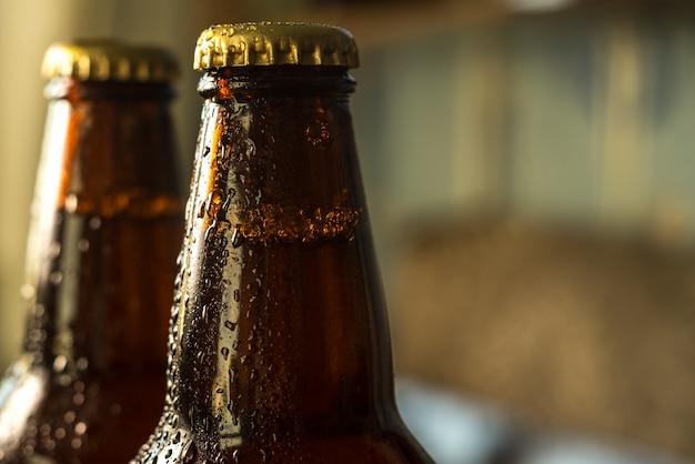 Garrafas de cerveja gelada com gotas
