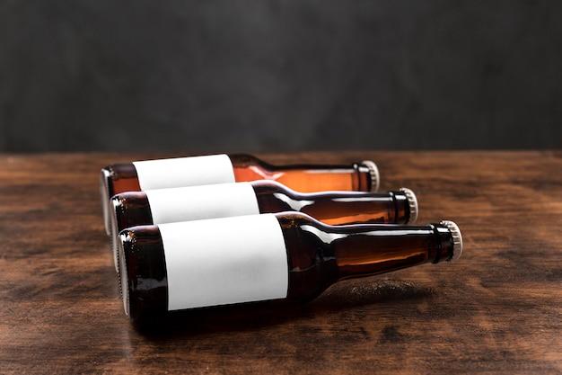 Garrafas de cerveja horizontais de ângulo alto