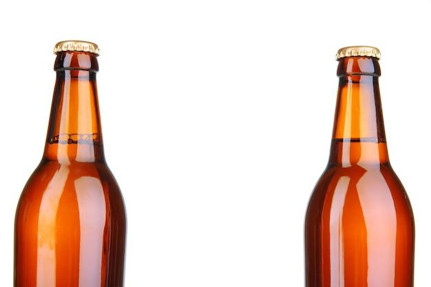 Garrafas de cerveja isoladas em branco
