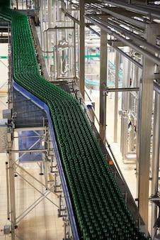 Garrafas de cerveja na correia transportadora