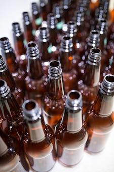 Garrafas de cerveja vazias no bewery