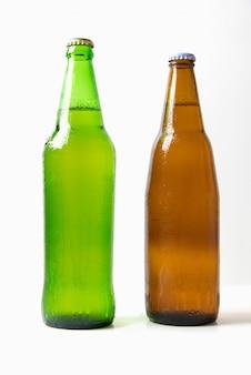 Garrafas de cerveja verde e marrom
