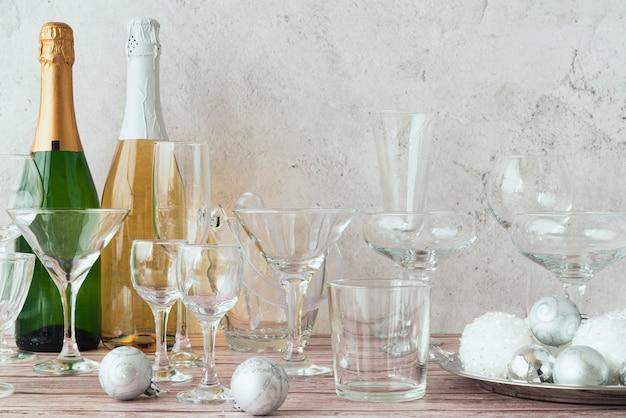 Garrafas de champanhe com copos em cima da mesa
