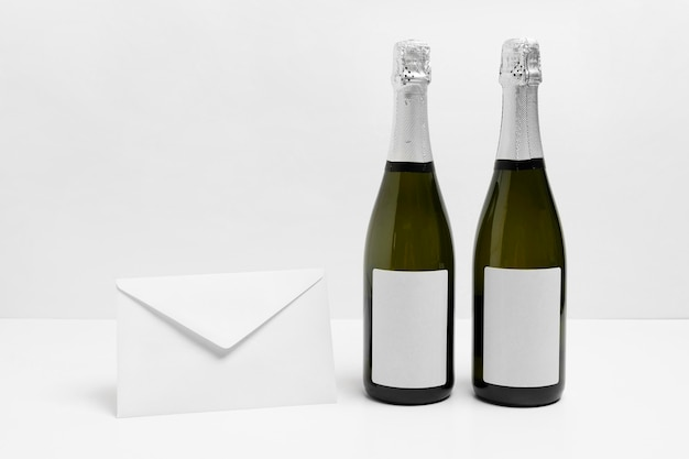 Garrafas de champanhe e arranjo de envelope