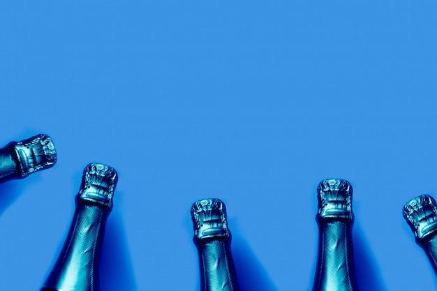 Garrafas de champanhe em tons azul clássico sobre um fundo azul