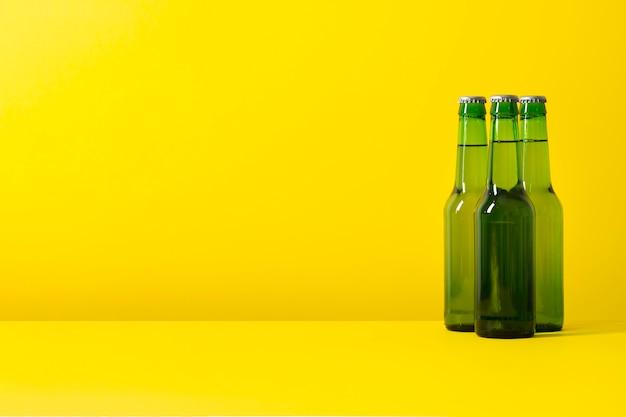 Garrafas de cópia-espaço com cerveja