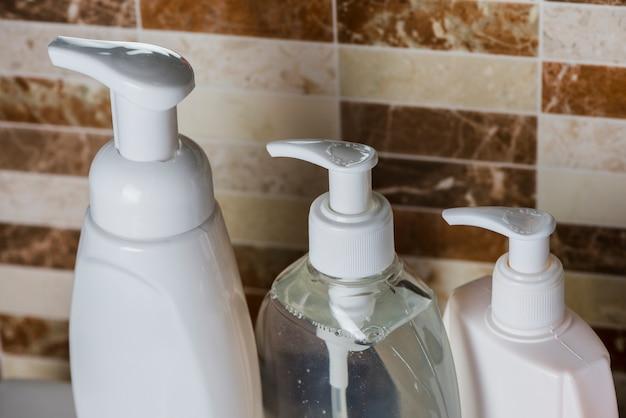 Garrafas de dispensador de sabão no banheiro
