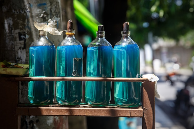 Garrafas de gasolina na rua de bali.