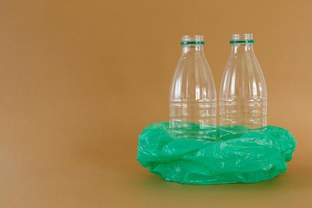 Garrafas de leite de plástico transparente em saco plástico ecologia e lixo