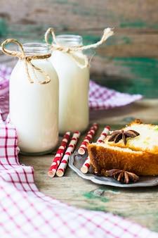 Garrafas de leite e bolo com decorações