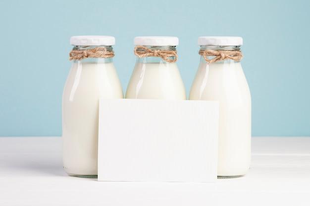 Garrafas de leite e cartão de espaço de cópia
