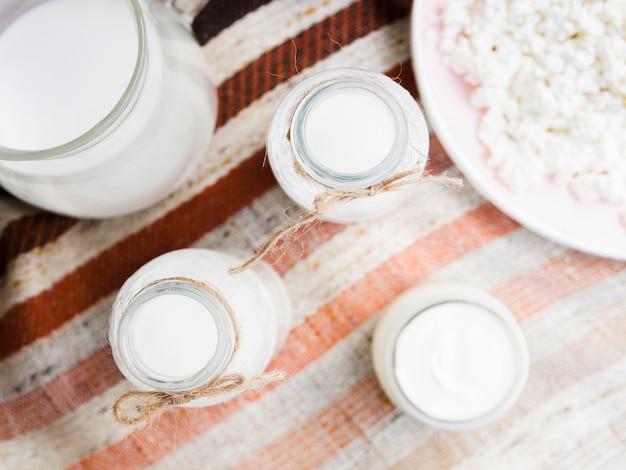 Garrafas de leite e iogurte