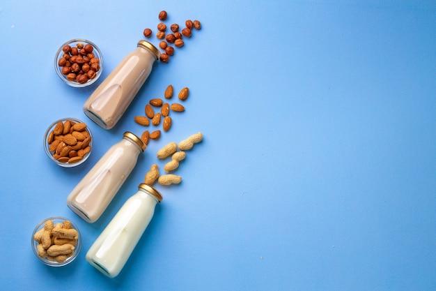 Garrafas de leite não lácteo vegan com várias nozes