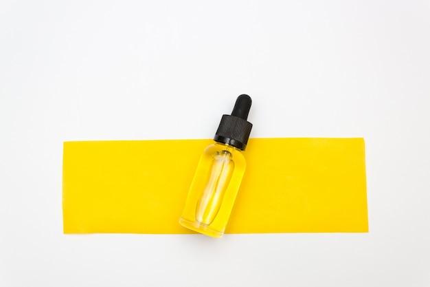 Garrafas de óleo essencial com papel amarelo para depilação.