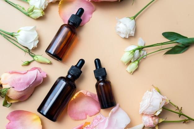 Garrafas de óleos essenciais e rosas