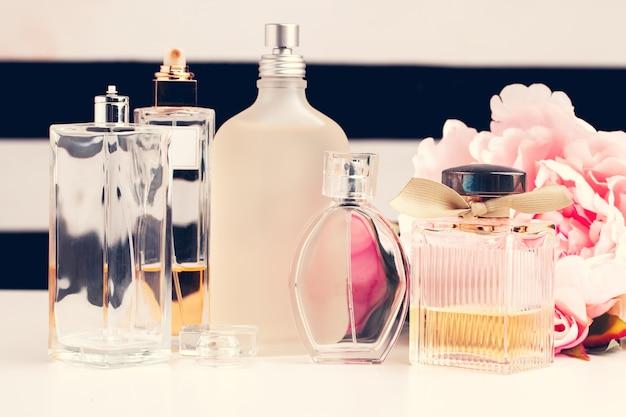 Garrafas de perfume com flores
