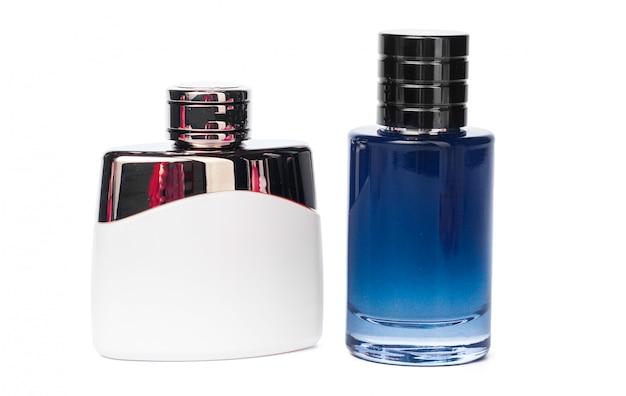 Garrafas de perfume isoladas contra um branco