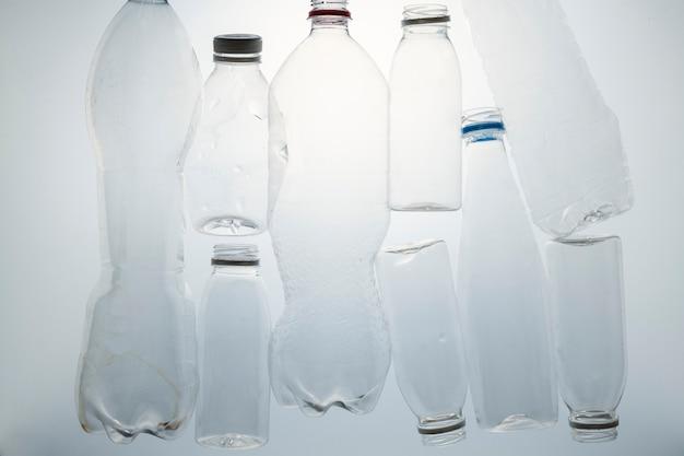 Garrafas de plástico amassadas para reciclagem