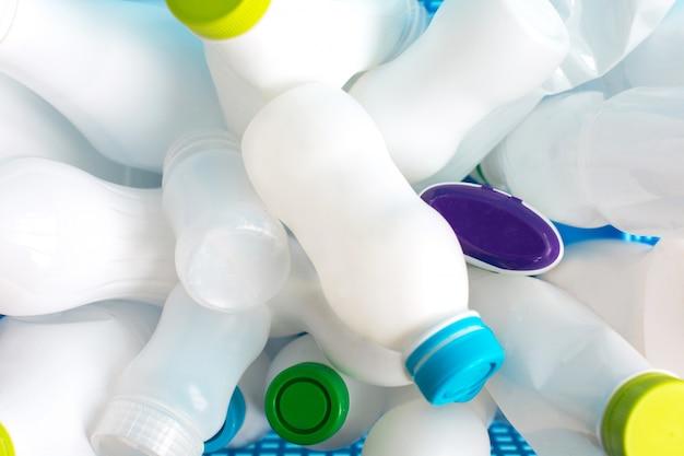 Garrafas de plástico brancas vazias usadas para resíduos recicláveis
