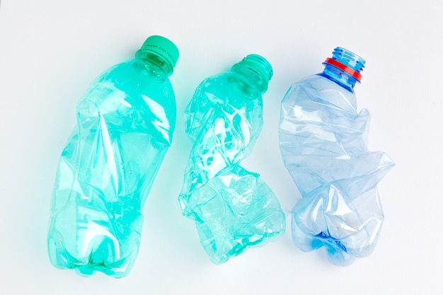 Garrafas de plástico coloridas vazias são resíduos recicláveis