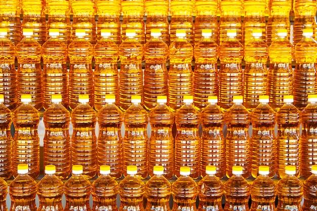 Garrafas de plástico com óleo de girassol.