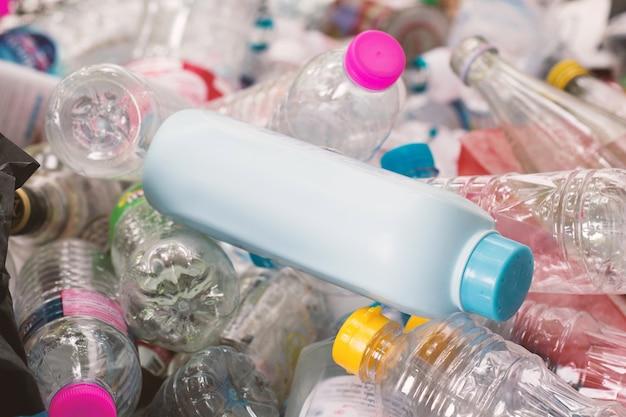 Garrafas de plástico, conceito de gestão de resíduos de reciclagem.