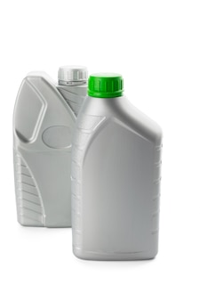 Garrafas de plástico de óleos automóveis isolados no branco
