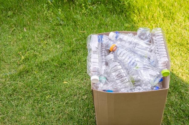 Garrafas de plástico em caixa de lixo reciclável marrom