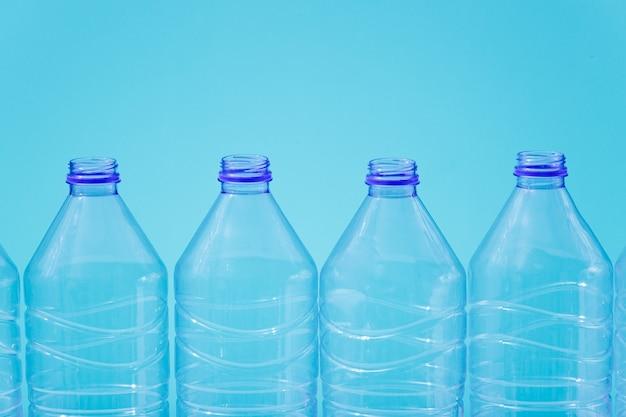 Garrafas de plástico em um fundo azul como símbolo de catástrofes ecológicas