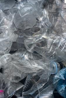 Garrafas de plástico laminadas para reciclagem.