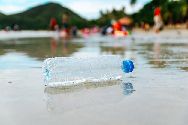 Garrafas de plástico na praia despejo de lixo humano