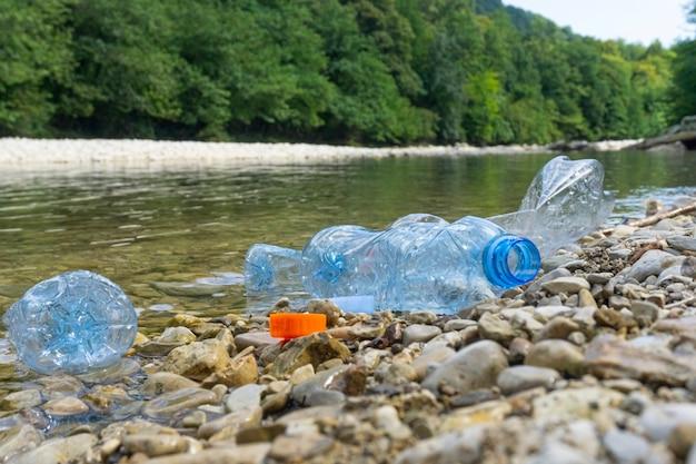 Garrafas de plástico sujas na água