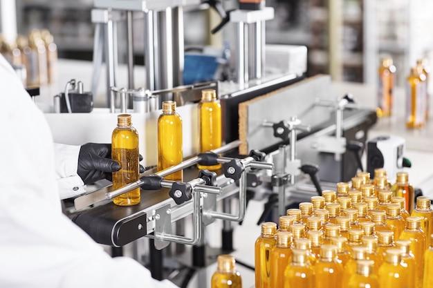 Garrafas de plástico transparentes cheias de substância amarela